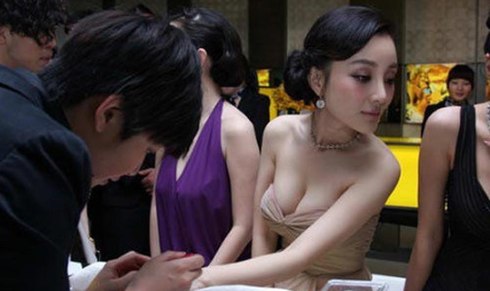 Sau ly hôn, Lý Tiểu Lộ đổi gu thời trang từ sexy sang trẻ trung như gái đôi mươi-9