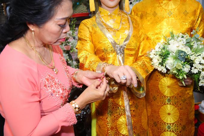 Mỹ nhân Việt lấy chồng vàng trĩu cổ kim cương nặng tay, xịn xò nhất vẫn không ai qua nổi Đông Nhi-8