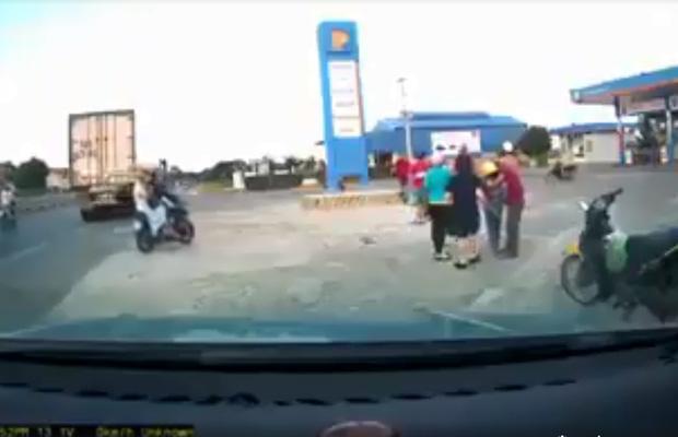 Clip: Bố chở con đi xe máy va vào ô tô làm cháu bé ngã lộn ngửa, bố mất lái lao vào cột bê tông-2
