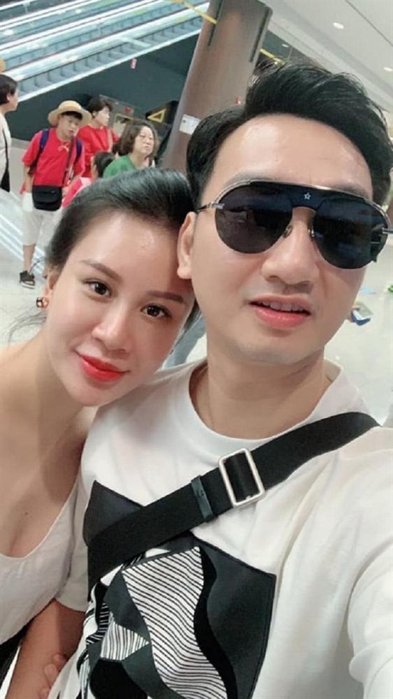 Bà xã đăng ảnh bán nude khoe bụng bầu, MC Thành Trung phản ứng: Cái gì đấy?-4
