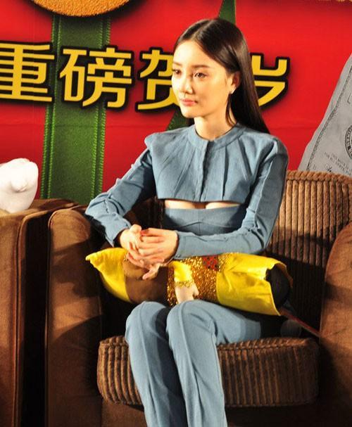 Lý Tiểu Lộ thích diện váy áo khoe vòng một tới sự kiện-8
