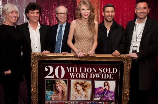 Hãng đĩa cũ phủ nhận cáo buộc từ phía Taylor Swift, tố cô nàng nợ hàng triệu USD-3