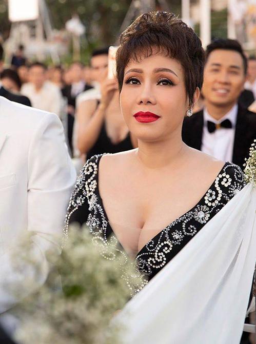 Sao Việt bị chê mặc lố lấn át cô dâu khi đi đám cưới-2