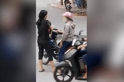 CLIP: Dựng xe giữa ngã tư, hành động của 2 người phụ nữ khiến tất cả 'nóng mặt'
