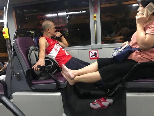 Ngủ đặt chân lên ghế nhưng người đàn ông lại được dân mạng bênh vực-2