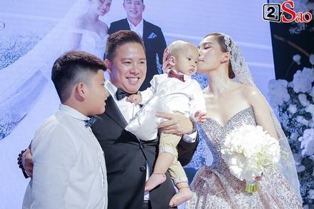 ẢNH ĐẸP NHẤT NGÀY: Giang Hồng Ngọc hôn ông xã, vui vầy cùng hai con nhỏ trên lễ đường