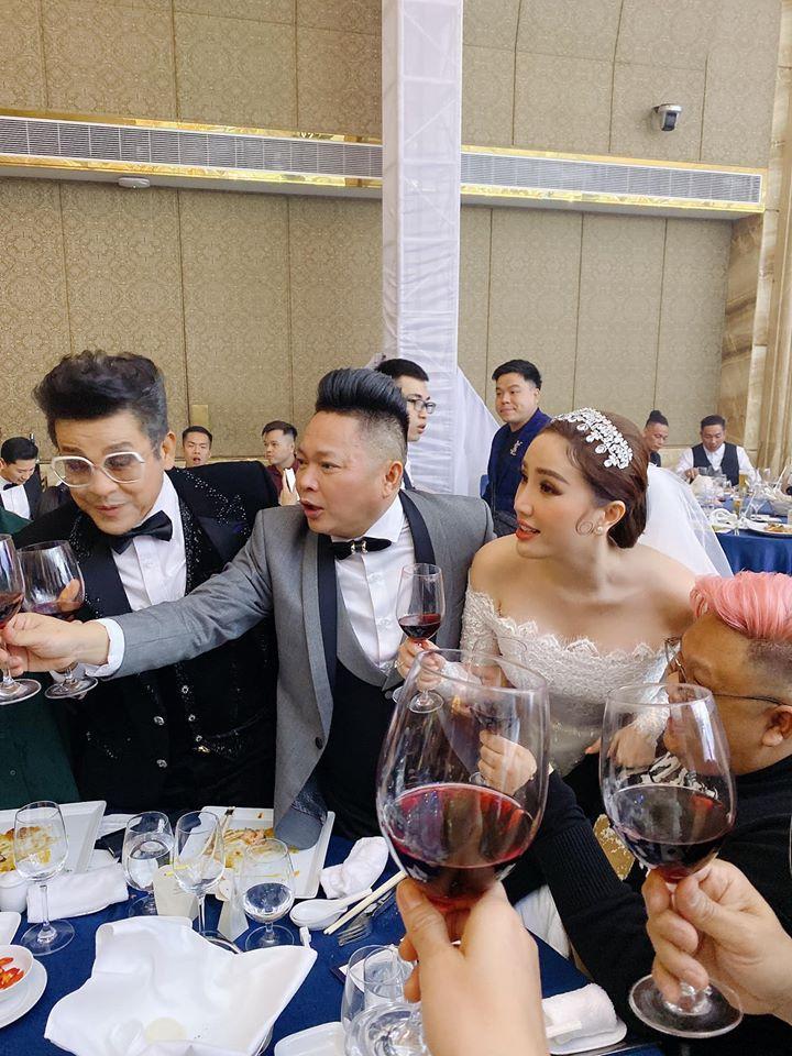 Bảo Thy và chồng đại gia nhiệt tình nâng ly trong đám cưới, dặn khách mời không say không về-11