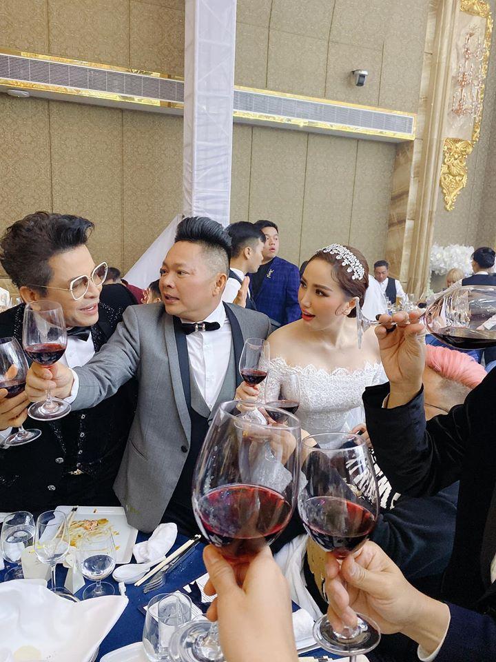 Bảo Thy và chồng đại gia nhiệt tình nâng ly trong đám cưới, dặn khách mời không say không về-12