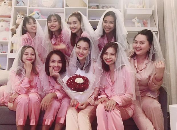 Chi tiết trùng hợp bất ngờ trong tiệc độc thân của MC Hoàng Oanh và Nhã Phương-3