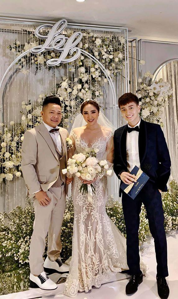 Đêm tân hôn không ai ngờ của Bảo Thy: Phòng hoa chúc im ắng, chú rể còn nguyên vest trên người-1