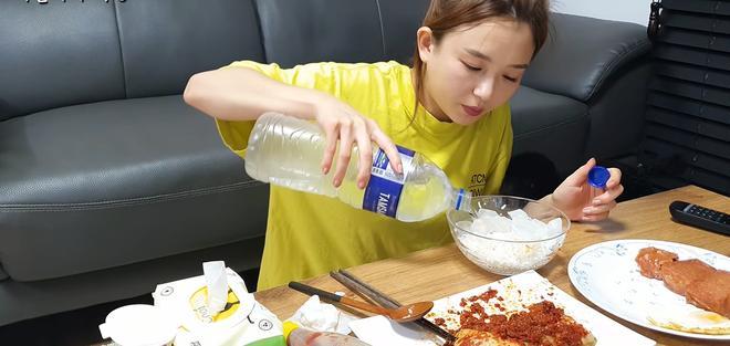 Chưa cuối tháng đã hết tiền, bạn không cần ăn cơm chan nước mắt đâu vì đã có cơm chan nước đá rồi!-4