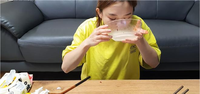 Chưa cuối tháng đã hết tiền, bạn không cần ăn cơm chan nước mắt đâu vì đã có cơm chan nước đá rồi!-5