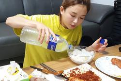 Chưa cuối tháng đã hết tiền, bạn không cần ăn cơm chan nước mắt đâu vì đã có cơm chan nước đá rồi!