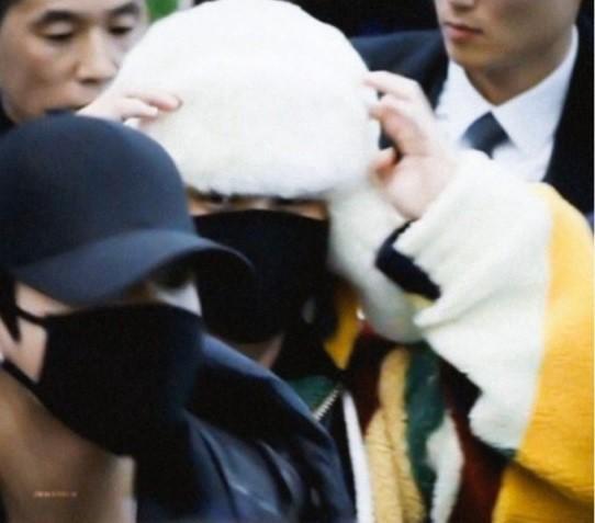 Jimin (BTS) được ví như cơm nắm khi đội mũ lông trắng ở sân bay-1