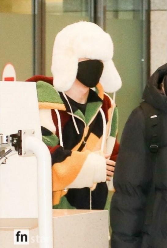 Jimin (BTS) được ví như cơm nắm khi đội mũ lông trắng ở sân bay-2