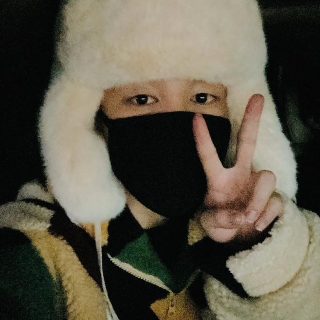 Jimin (BTS) được ví như cơm nắm khi đội mũ lông trắng ở sân bay-4