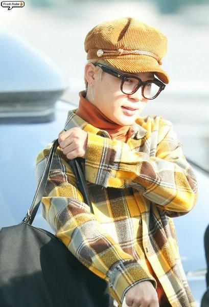 Jimin (BTS) được ví như cơm nắm khi đội mũ lông trắng ở sân bay-9