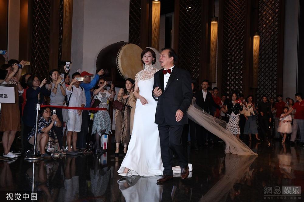 Lâm Chí Linh mặc váy cưới, sánh bước bên cha ở hôn lễ-1