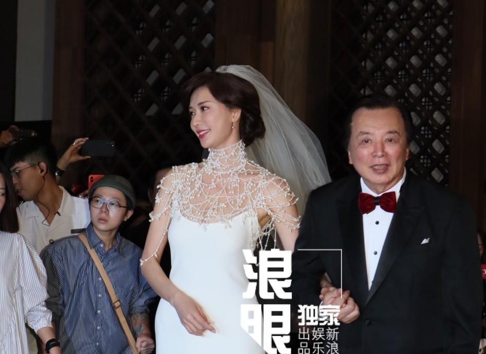 Lâm Chí Linh mặc váy cưới, sánh bước bên cha ở hôn lễ-2