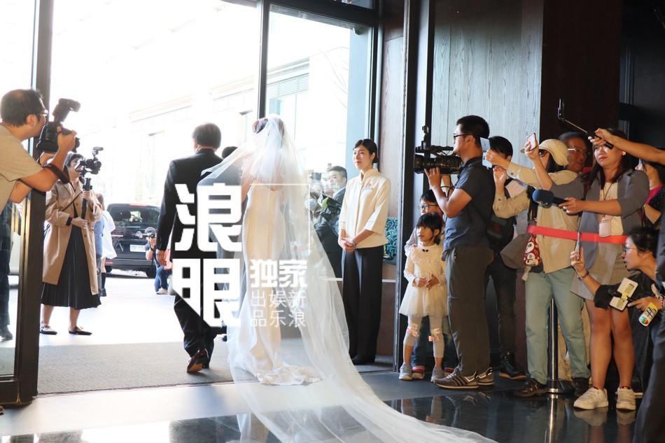 Lâm Chí Linh mặc váy cưới, sánh bước bên cha ở hôn lễ-3