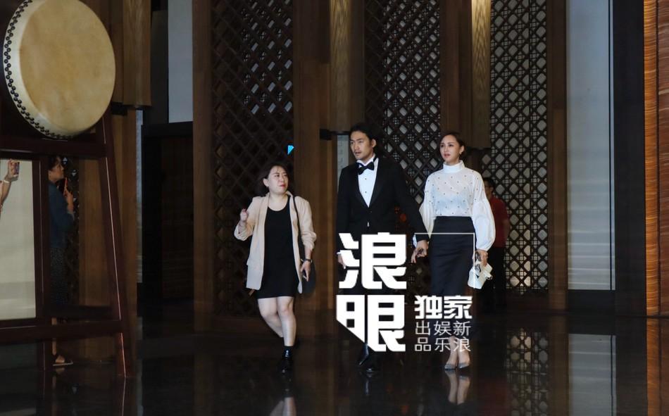 Lâm Chí Linh mặc váy cưới, sánh bước bên cha ở hôn lễ-6