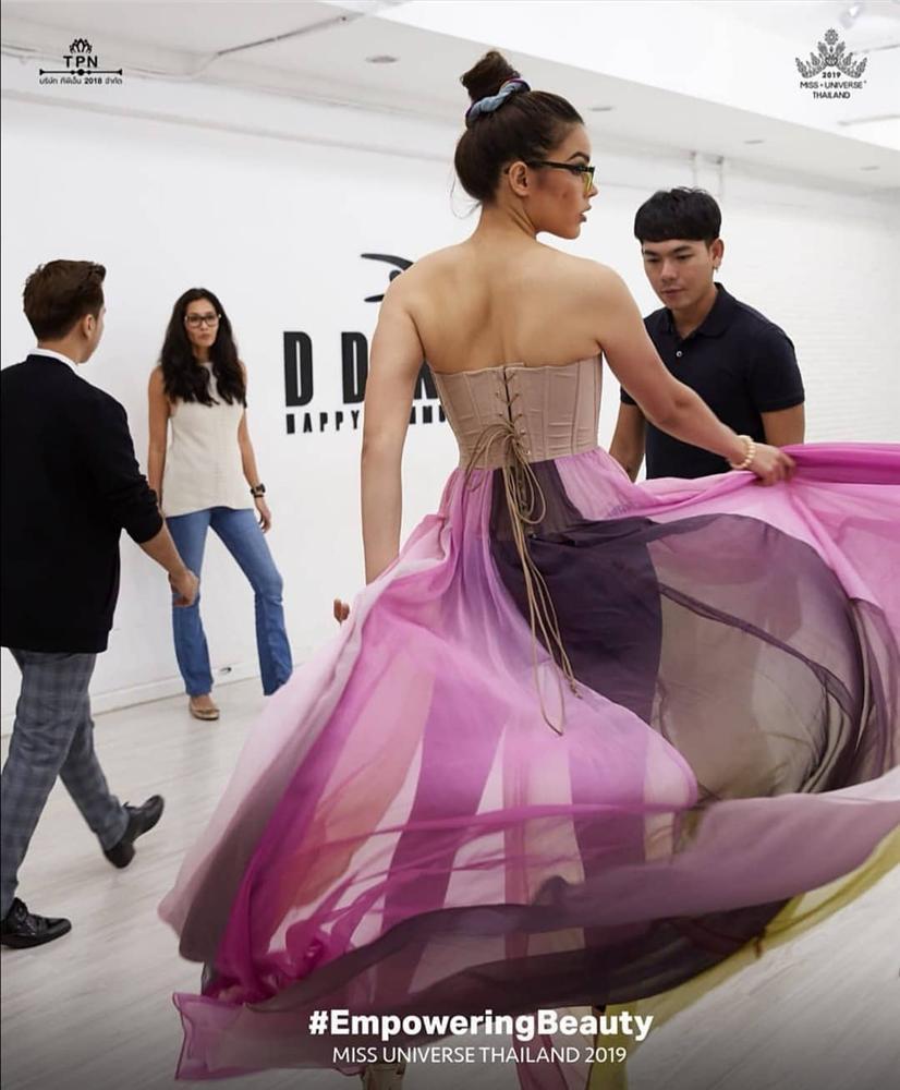 Bản tin Hoa hậu Hoàn vũ 17/11: Hoàng Thùy mặc suit đỏ chót vẫn khó chặt suit xanh của hoa hậu Leila-8