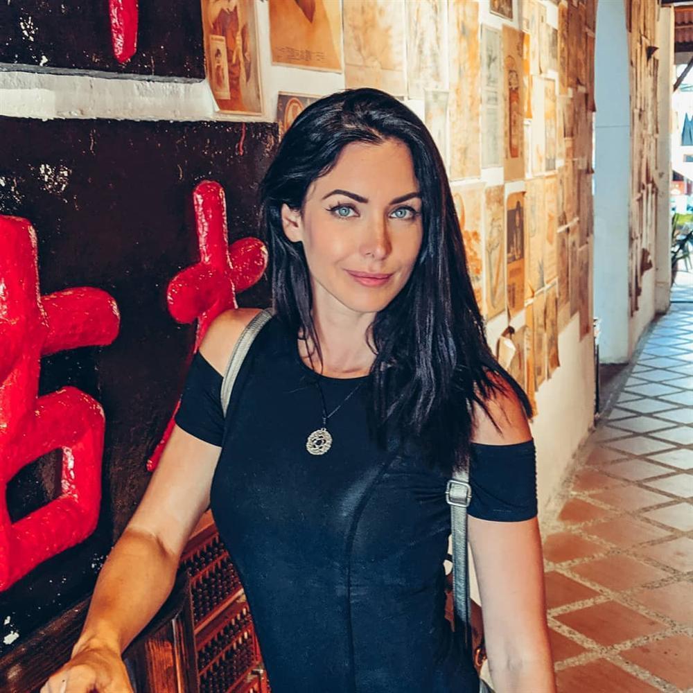 Bản tin Hoa hậu Hoàn vũ 17/11: Hoàng Thùy mặc suit đỏ chót vẫn khó chặt suit xanh của hoa hậu Leila-4