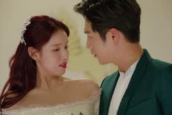 Phù dâu bật khóc ngay trong ngày kết hôn, em nhẹ nhàng an ủi rồi ném hoa cưới dằn mặt
