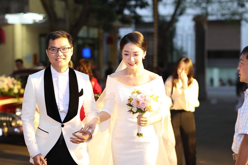 BTV Thời sự Thu Hà nồng nàn hôn chồng điển trai trong lễ cưới-1