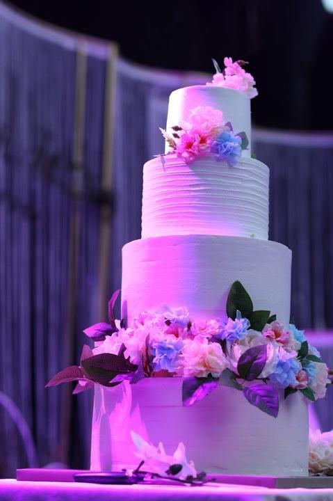 BTV Thời sự Thu Hà nồng nàn hôn chồng điển trai trong lễ cưới-12