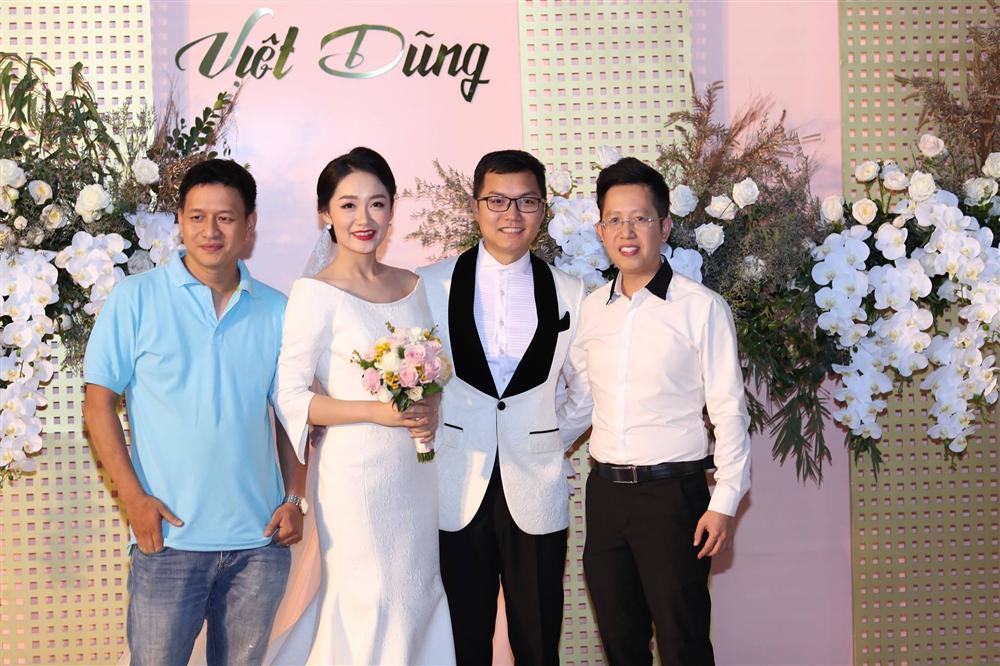 BTV Thời sự Thu Hà nồng nàn hôn chồng điển trai trong lễ cưới-2