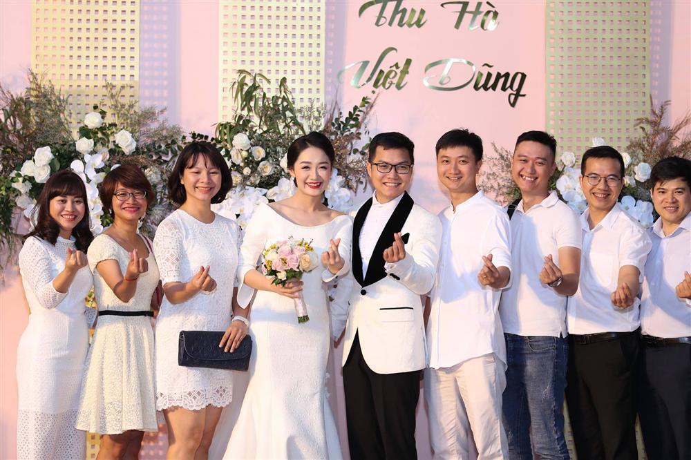 BTV Thời sự Thu Hà nồng nàn hôn chồng điển trai trong lễ cưới-5