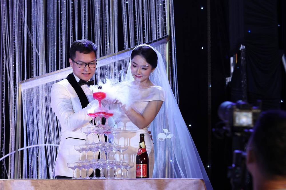 BTV Thời sự Thu Hà nồng nàn hôn chồng điển trai trong lễ cưới-6