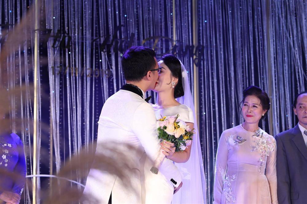 BTV Thời sự Thu Hà nồng nàn hôn chồng điển trai trong lễ cưới-7