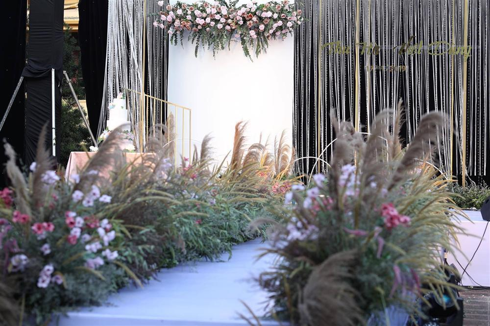 BTV Thời sự Thu Hà nồng nàn hôn chồng điển trai trong lễ cưới-9
