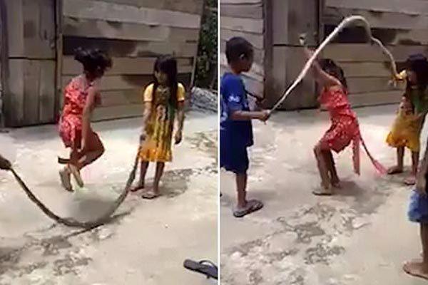 Báo Tây phát sốt vì trẻ em Việt dùng rắn nhảy dây-1