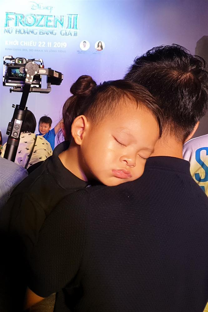 Tan chảy trước hình ảnh con út nhà Lý Hải - Minh Hà ngủ gục trên vai bố khi dự ra mắt phim Frozen 2-4