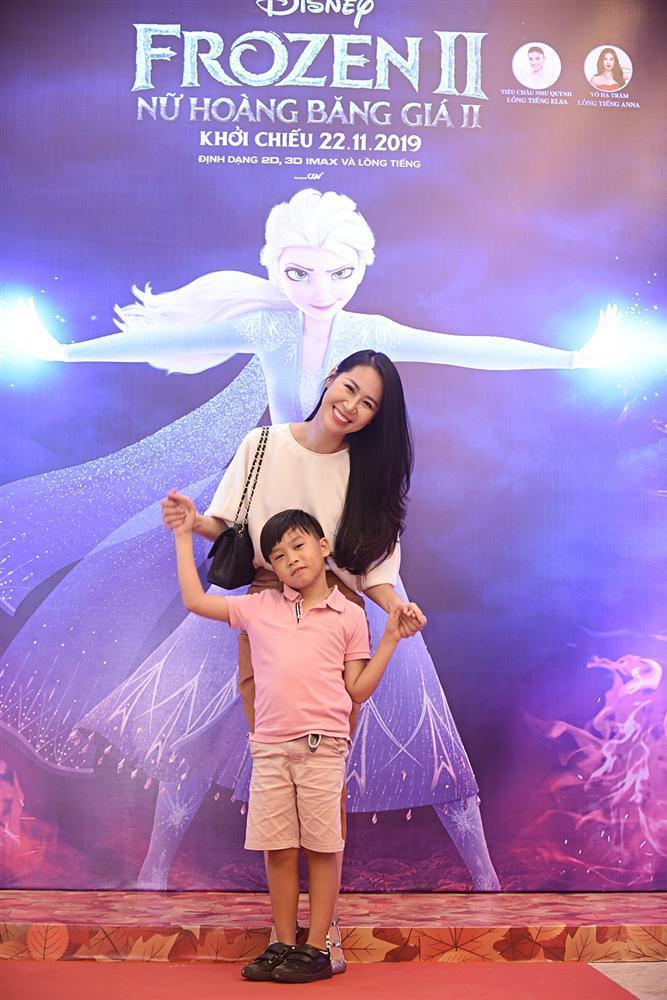 Tan chảy trước hình ảnh con út nhà Lý Hải - Minh Hà ngủ gục trên vai bố khi dự ra mắt phim Frozen 2-12