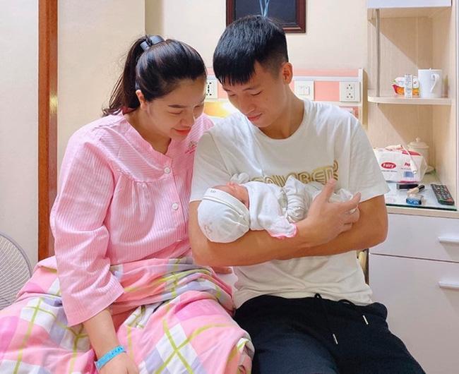 Bùi Tiến Dũng khoe nhan sắc bà xã sau chưa đầy 1 tháng sinh con mà cứ ngỡ người mẫu tạp chí-1