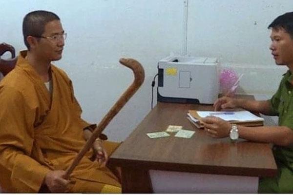 Khởi tố thầy chùa cầm gậy đập xe ô tô vì bắt người đi đường xin lỗi bất thành-1