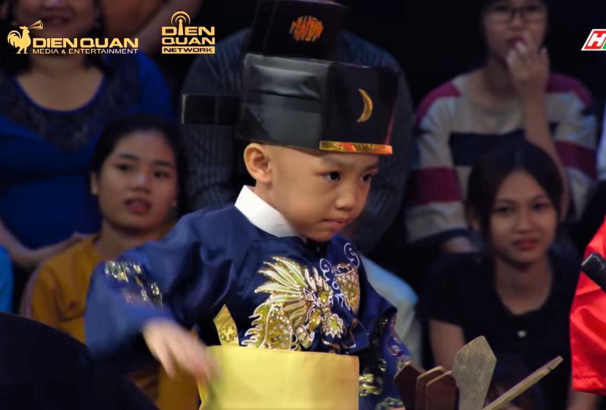 Team 5 chú tiểu tái xuất Thách Thức Danh Hài mùa 6, diễn Bao Công xử án siêu lầy-2