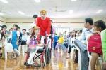 Chàng trai Việt mang 50 khay lễ đến cưới bạn gái ngồi xe lăn