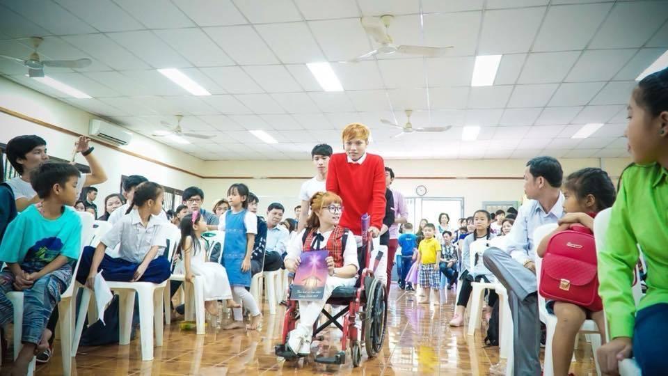Chàng trai Việt mang 50 khay lễ đến cưới bạn gái ngồi xe lăn-1