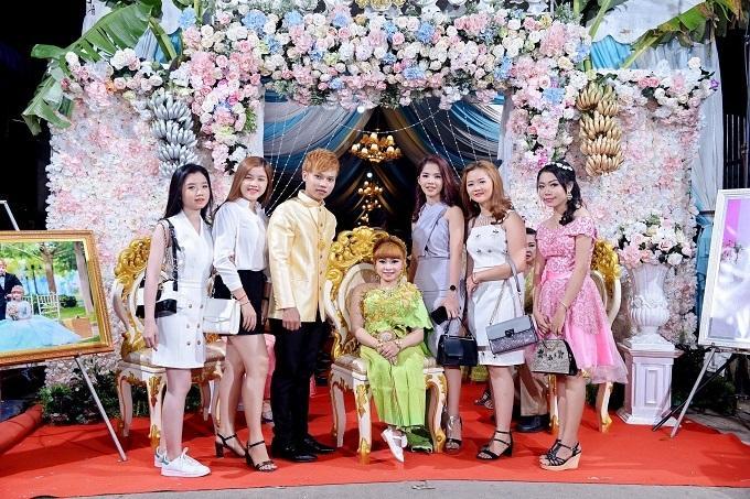 Chàng trai Việt mang 50 khay lễ đến cưới bạn gái ngồi xe lăn-4