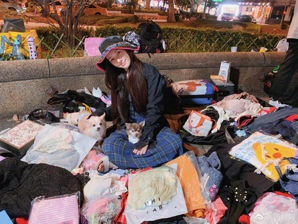 Quách Bích Đình ngồi lề đường bán quần áo-1