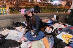 Quách Bích Đình ngồi lề đường bán quần áo