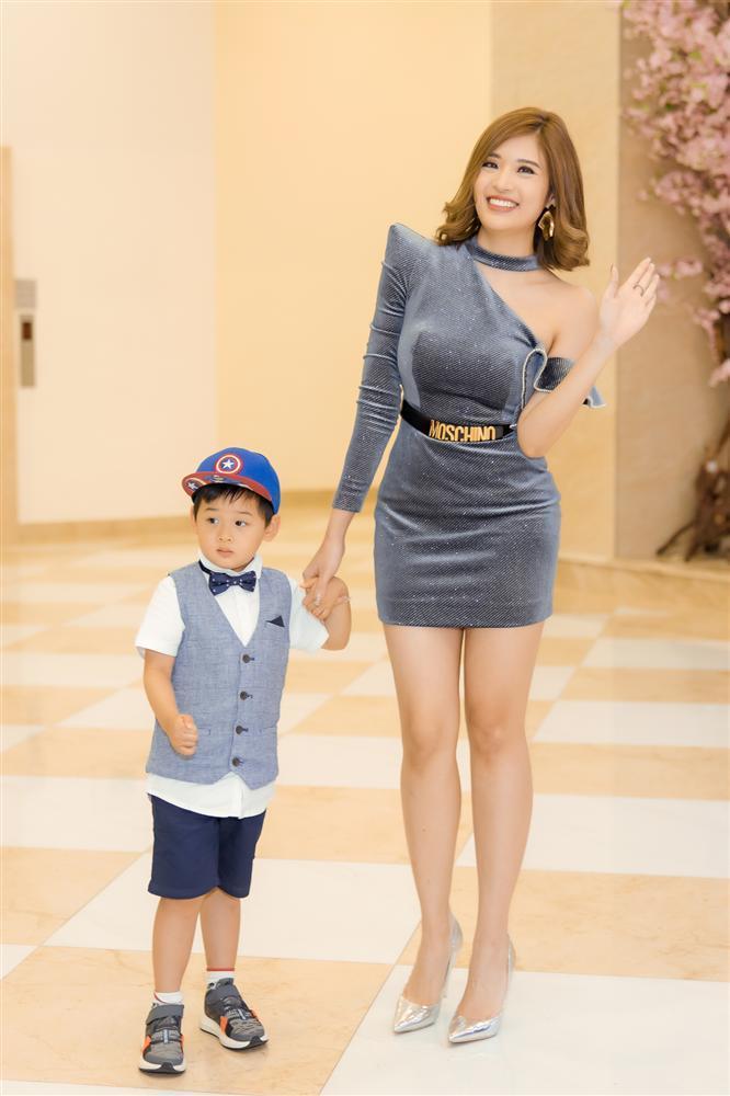 Con trai Hoa hậu Phan Hoàng Thu gây chú ý vì vẻ ngoài đáng yêu chuẩn soái ca-1