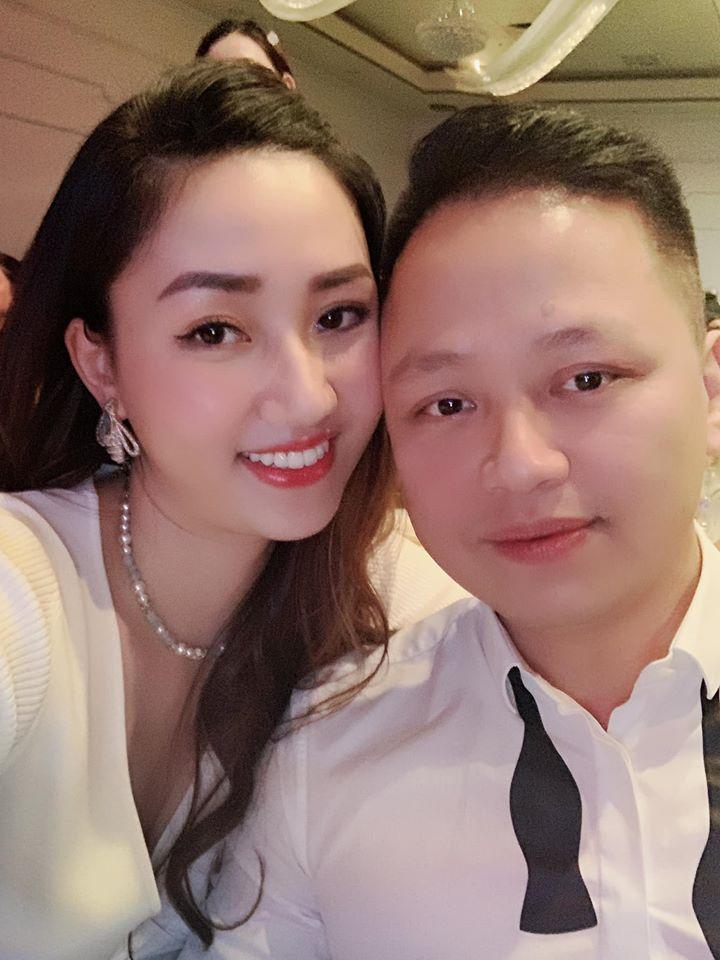 Hồ Ngọc Hà phải đeo kính râm khi chụp hình cùng vợ chồng Á hậu Ngô Trà My-2