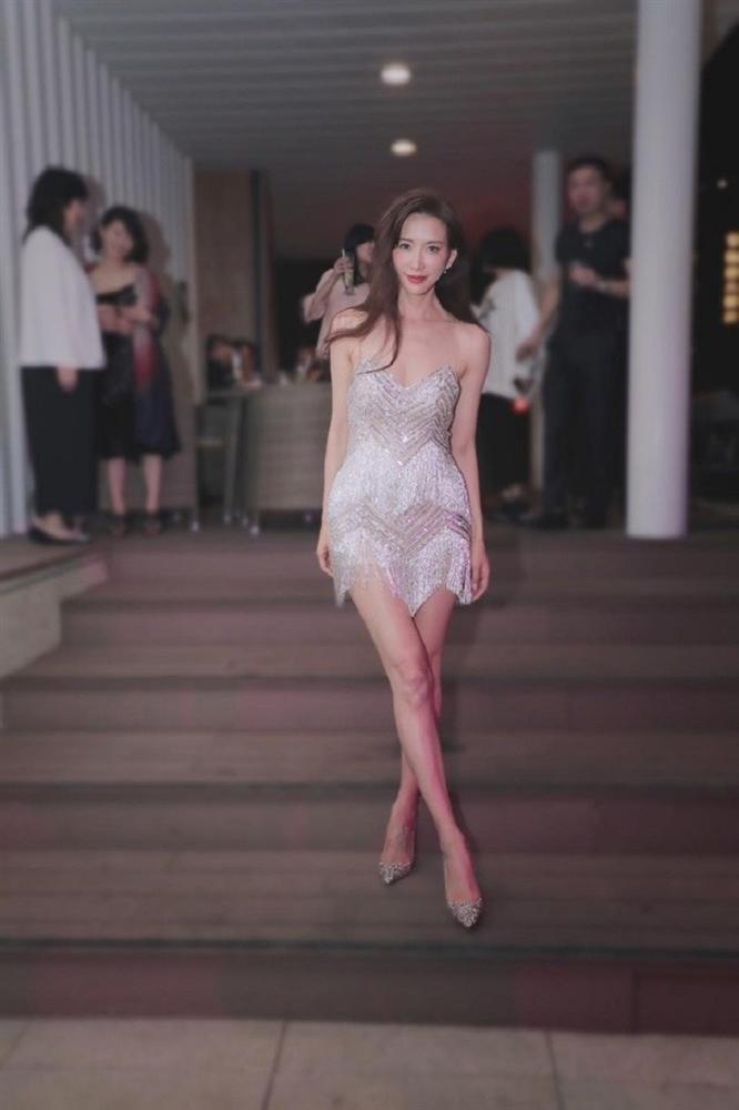 Siêu mẫu Lâm Chí Linh vô tư cởi đồ của ông xã trước mặt bạn bè-3