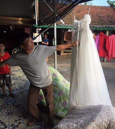 CƯỜI RỚT HÀM: Ông bố gánh váy cưới diễu hành khắp làng mừng con gái thoát ế-1